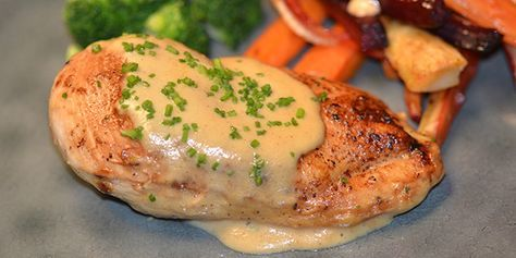 Saftig kylling i en cremet sennepssauce med hvidvin og fløde. Super nem og hurtig hverdagsmad, der smager som et festmåltid.