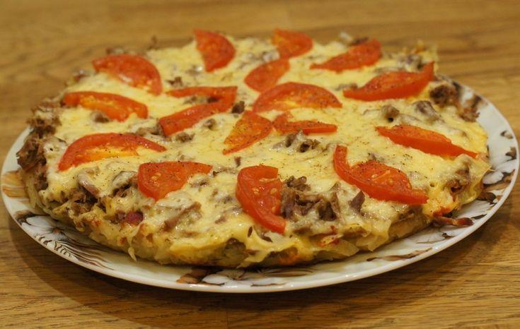 «Родзинка» цієї піци – її основа, яка готується точнісінько з такого тіста, як деруни. Тож головне – приготувати основу. А зверху можна класти усе, чого бажає душа. Простий і цікавий рецепт.        Якщо вам сподобався рецепт картопляної піци, або піци на деруні, будь ласка напишіть про