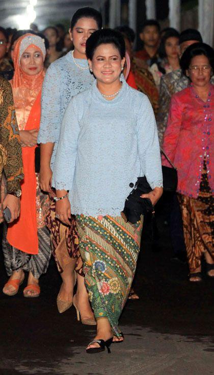 Foto: Warna-warni Cerah, Busana Favorit Ibu Negara Iriana Jokowi 10