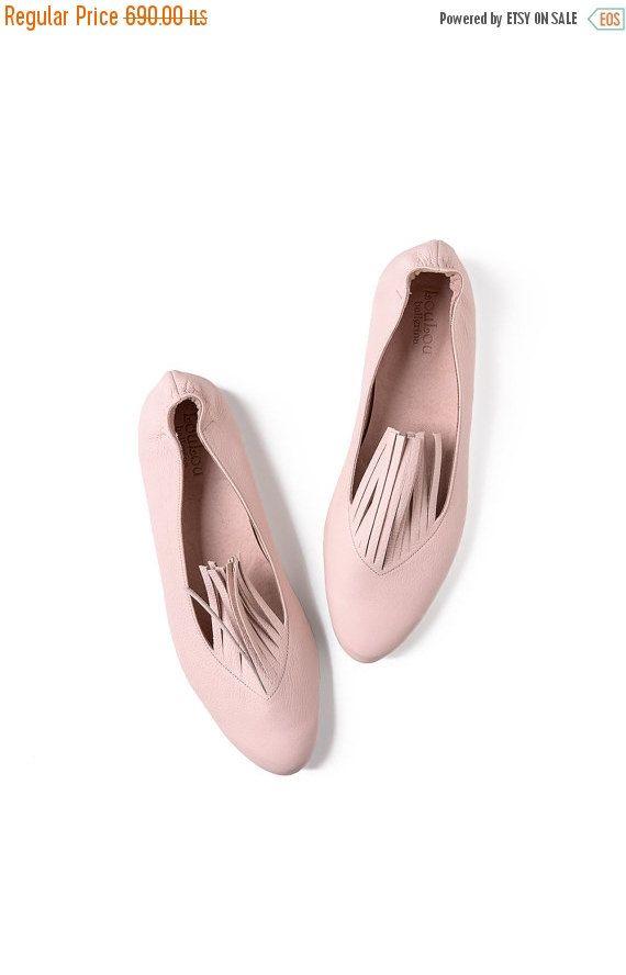 ❘❘❙❙❚❚ IN VENDITA ❚❚❙❙❘❘  * * Quelle scarpe meravigliose di pinkie sono esaurito - possono solo fatto per ordine * *  Frange Scarpe in pelle fatti a mano, morbidi e comodi, avvolgere i piedi con amore e stile. Si può camminare con loro tutto il giorno, con jeans, abitino nero e qualunque cosa si sceglie di indossare.  Ballerine in gomma nella parte posteriore del piede - per comodi slip-on  Rosa scarpe in pelle fatti a mano, dal design leggermente fuori dalla scatola. Strisce che si trovano…