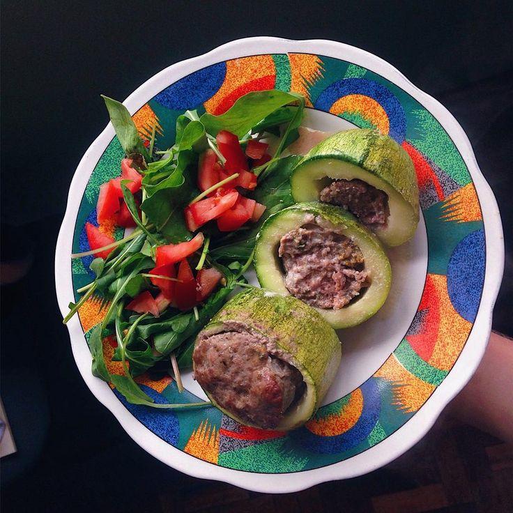 Tá tudo pago ♀️. Segunda refeição e almoço . Hoje é feriado aqui e está parecendo sábado , não sei lidar. . . . Abobrinha recheada com patinho, rúcula e tomate. . . . .  #iifym #fitfam #iifymgirls #flexibledieting #flexin #balance #carbs #gainz  #macros  #foodporn  #instafitness  #healthy #healthychoices  #fit #fitness #gym  #tips4life  #eattogrow  #motivation #food  #geracaopugliesi #maispertoqueontem #lunch #zucchini