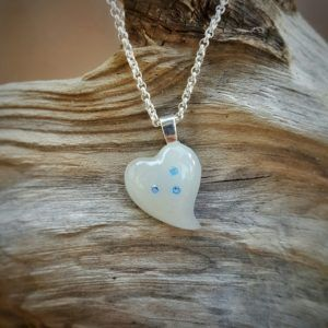 Herz aus Muttermilchschmuck mit drei Swarovskisteinen