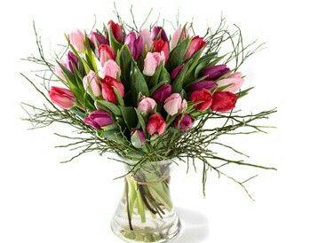 Valentijnboeket Samen  Zeer royaal tulpenboeket met tulpen in roze tinten en divers bladmateriaal. Verkrijgbaar bij www.bloemenweelde-amsterdam.nl