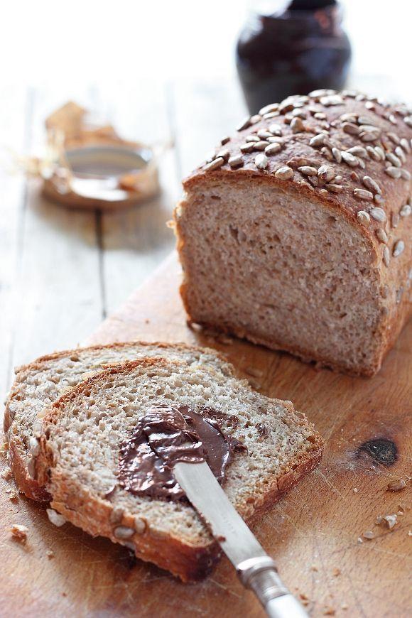 Il pane in casa mia è una delle poche cose che non manca mai. Magari la dispensa può essere scarsa di companatico, ma il pane non può mancare. Fosse per me potrei pranzare anche solo con bruschette di