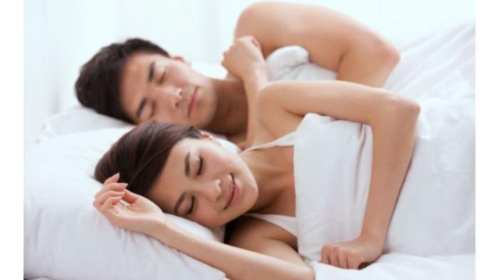 Ingin Rumah Tangga Kamu Langgeng? Tidurlah Tanpa Busana Bersama Pasangan!