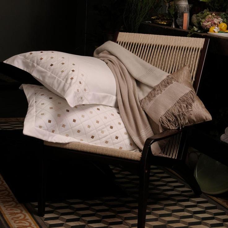 A empresa Marlene Enxovais, com suas belíssimas e sofisticadas peças de roupa de cama, marcou presença na mostra de arquitetura e decoração da Itu Casa Decor 2013 no ambiente Quarto do Casal da arquiteta Raquel Almeida.