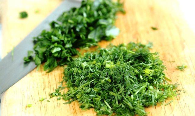 Как же это здорово — полакомиться зимой салатом, заправленным свежей зеленью! Некоторые хозяйки успешно замораживают зелень для своих блюд, а некоторые консервируют, перемешивая ее с солью… Способза…
