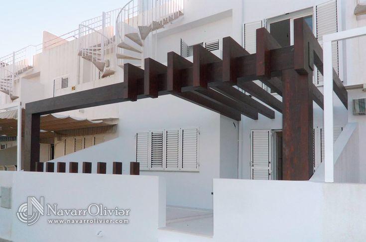 Pérgola decorativa construida en vigas de madera laminada. diseño Muxacra Arquitectos, construcción: www.NavarrOlivier.com