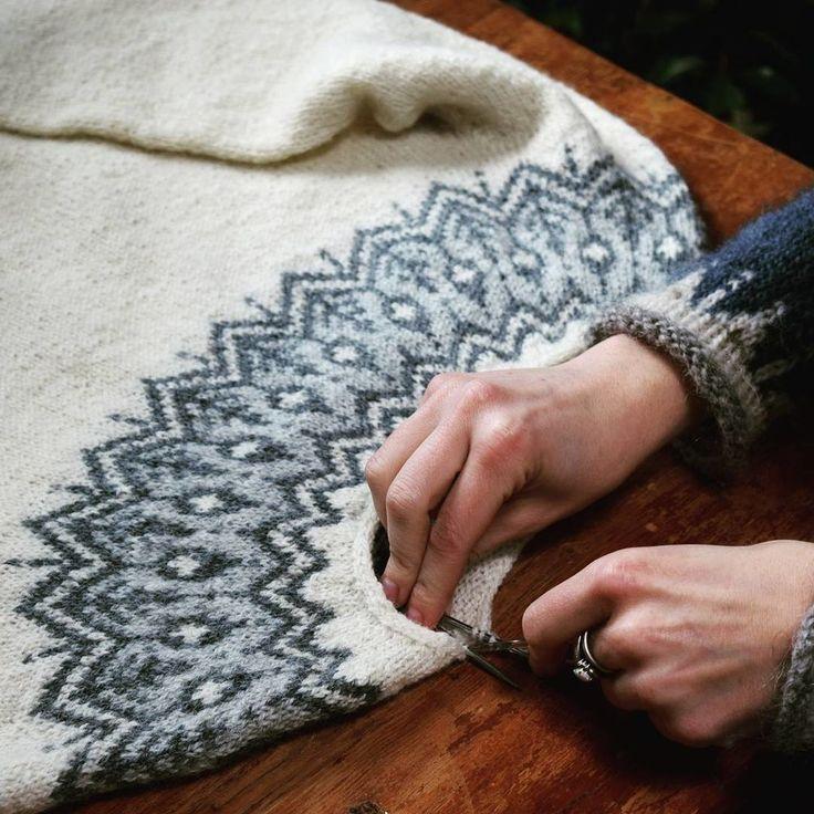 Для меня свитеры, связанные регланом или круглой кокеткой — это что-то невероятное. А если еще и жаккард добавить... волшебство! Сама я только единожды связала свитер реглан + жаккард, для мамы, больше не пробовала. Но я безумно вдохновляюсь на создание чего-нибудь нового, если посмотрю подобные фото. Сразу думается, что в этих свитерах необычайно уютно находиться где-то в домике, в горах.