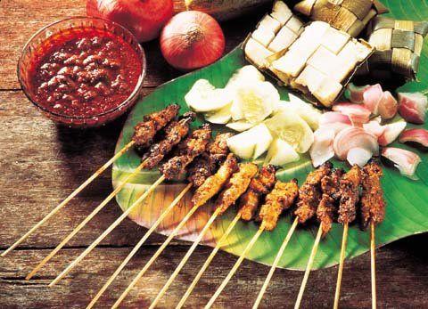 Os tipos comuns de Satay vendido em Singapura incluem Satay Ayam (satay frango), Satay Lembu (satay de carne), Satay Kambing (satay de carneiro), a Singapore Airlines, também serve Satay como aperitivo para a Primeira Classe e Classe Business. variação do Satay da Indonésia, que na verdade e uma variação do Kebab Árabe e servido com molho a base de amendoim,  é um dos primeiros alimentos a serem associados com Cingapura, desde a década de 1940.