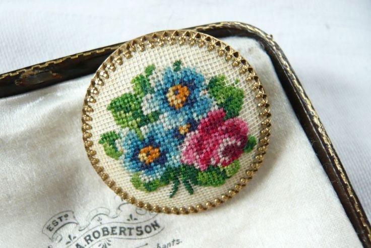 VINTAGE JEWELLERY PETIT POINT FLOWER BROOCH PIN