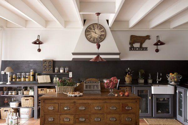 La cuisine : un plan de travail au style campagnard qui allient les tons de la terre : gris, rouge et bois.
