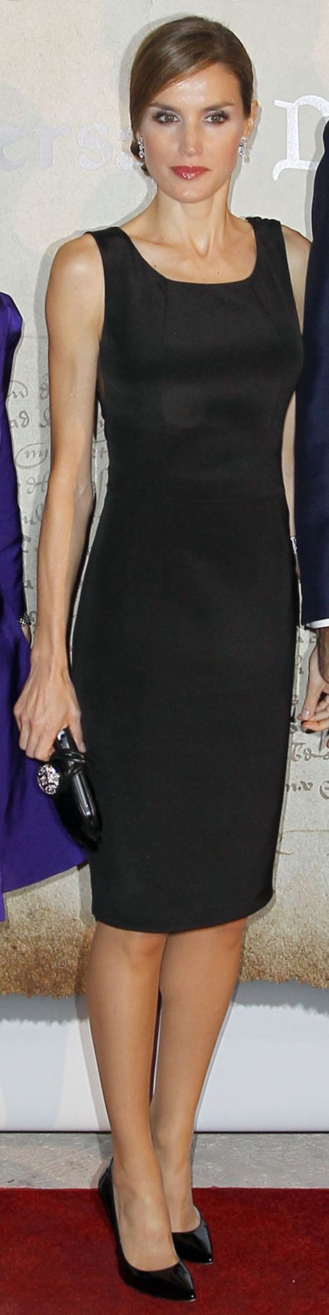 Cena Fundación España-Florida - Vestido en seda negro con espalda bordada de azabache, de Felipe Varela. Como complementos un clutch con cierre de strass, también de Varela, y los salones de charol de Magrit.