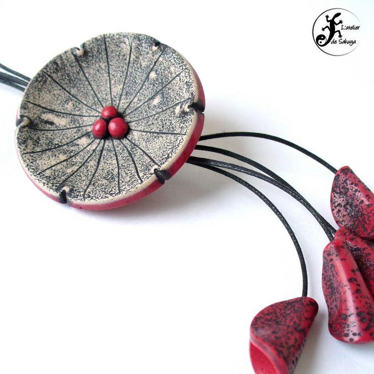 Sautoir fleur imitation céramique rouge bordeaux en pâte polymère : Collier par latelierdesakuya
