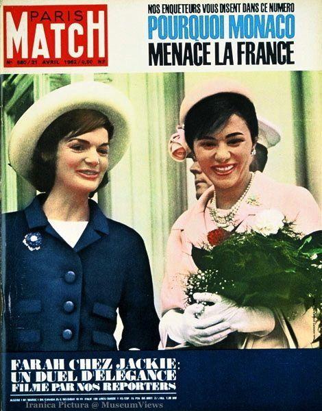 PARIS MATCH n°680 du 21 avril 1962 - Jackie KENNEDY, souriante, en veste bleue, portant un chapeau blanc, accueillant l'impératrice FARAH DIBA son voyage officiel aux Etats-Unis