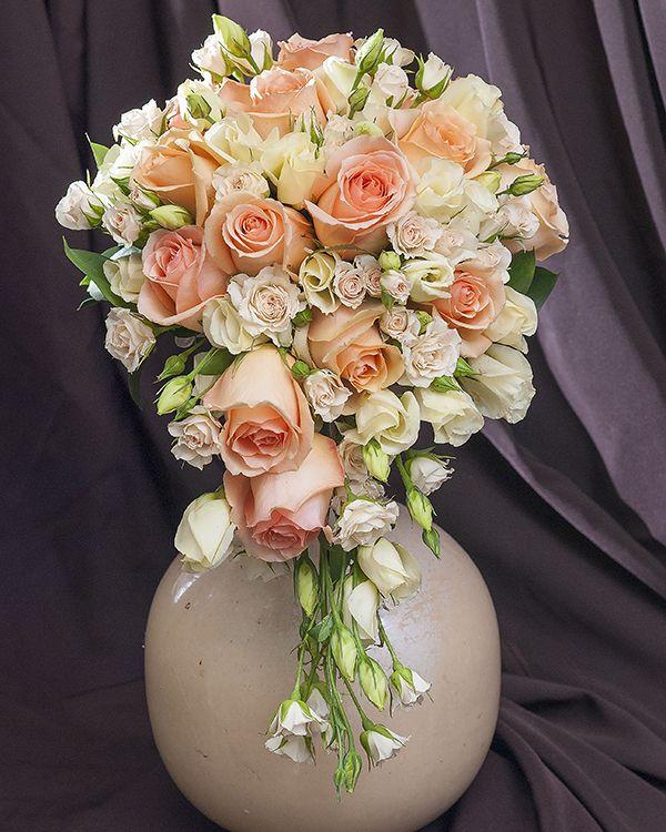 Buchet de mireasă cascadă cu trandafiri si eustoma. Cascading wedding bouquet with roses and eustoma.