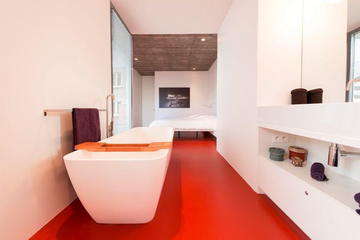 Muurtje Metselen Badkamer ~ Rode gietvloer in de badkamer (c) Liquid Floors