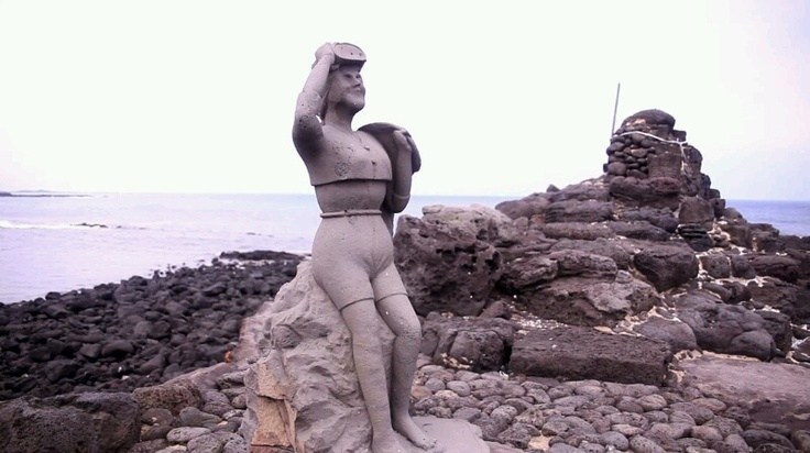 [해녀] 늘 강해보이는 제주해녀상의 모습입니다. #카톡 정연우 님