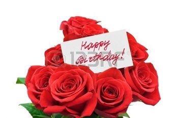 fiori compleanno: Rose e buon compleanno di carta isolato su sfondo bianco
