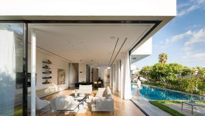 House 2 Rishon LeZion Features Two Boxes That Sits on a Trapezoidal Lot A modern home sits on a uniquely shaped lot but turned out really stunning.  					  								   Not all lot areas are rectangular or square in shape. Some have irregular shapes while others are trapezoids and other...