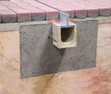 Sistema de drenaje compuesto por un canal de hormigón polímero y una reja ranurada. Una vez instalado queda oculto en el terreno y únicamente se ve una mínima ranura de sólo 10 milímetros. Destaca por su alta eficacia hidráulica ya que absorbe rápidamente. Lado 1