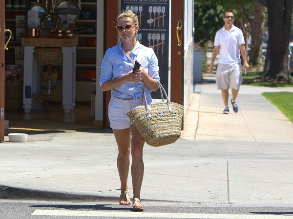 Reese Witherspoon Gets a Pedicure - Pictures - Zimbio