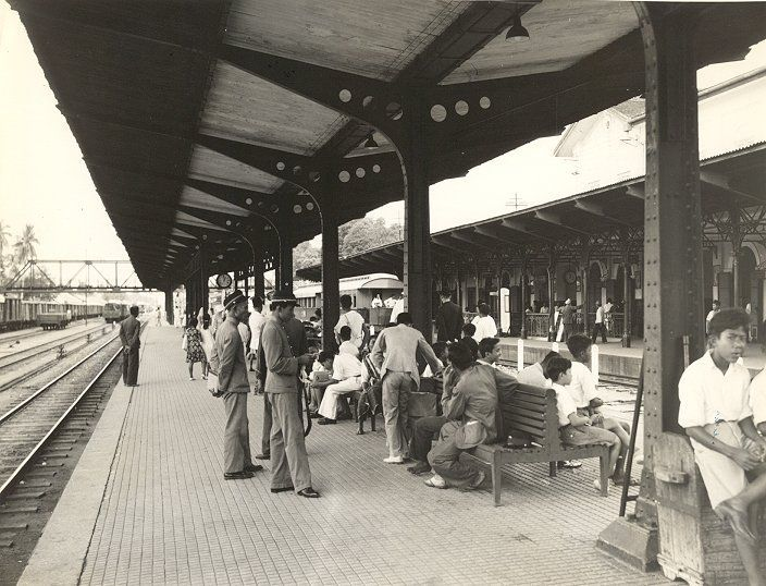 Het treinstation in Medan, Sumatra, Indonesië (1936)