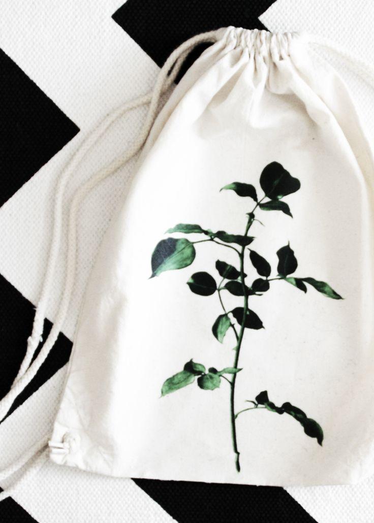 DIY Turnbeutel Tasche mit Pflanzen Motiv | Do it yourself fashion gym bag with floral print | Mode | Geschenk | Geschenkidee | Pflanzen | Textil bedrucken | Basteln | Anleitung Tutorial | Idee | kreativ | Design | grün | green | plants | Blumen | Mode Accessoire