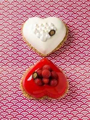 """Saint Valentin 2015 by Dalloyau.  Au Japon ce sont les femmes qui offrent du chocolat aux hommes le 14 février. Le 14 mars """"White day"""", les hommes offrent en retour un cadeau de couleur blanche aux femmes. Dalloyau s'inspire de cette tradition avec Banc meringue et Rouge framboise.  Pour 2 personnes, 26 €"""