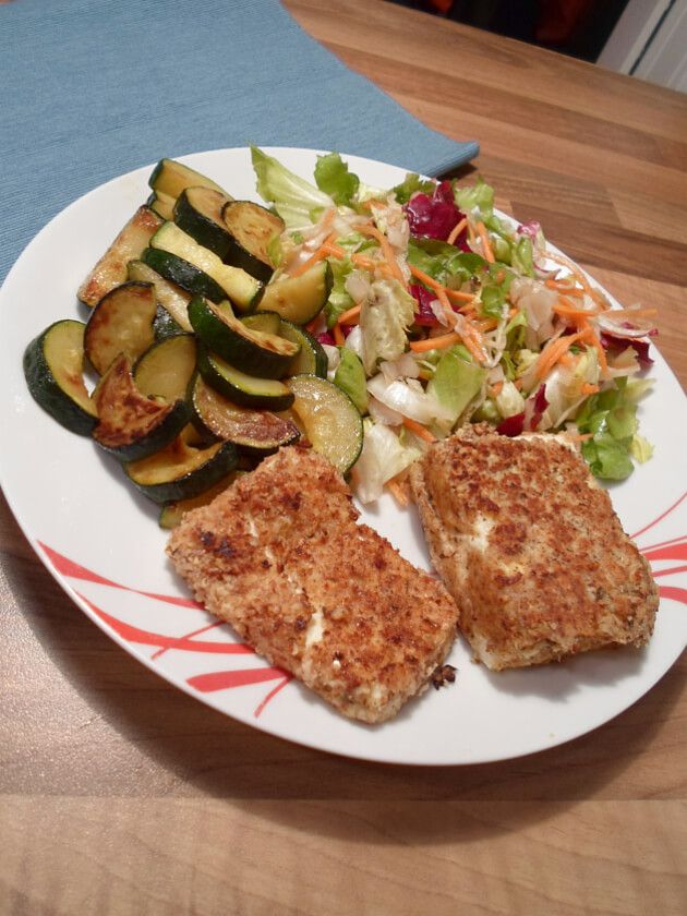 Fetakäse mit Salat und Zucchini