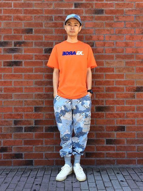 トレンドカラーであるオレンジのTシャツにデザートカモのキャップ、同色のソックスにINしたカーゴパンツをポイントとしたミリタリースタイルにしました。