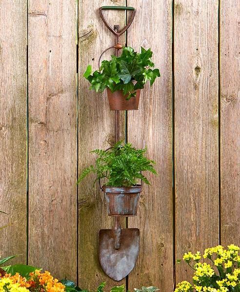 Display flowers or show off your herbal garden with these Hanging Rustic Garden Planters. Designed to resemble a traditional gardening tool, it features 2