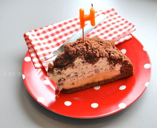 Birthday Cake Für den Teig: 100 g Butter 130 g Zucker 2 Eier 150 g Mehl 40 g Kakao 1 TL Backpulver  Für die Füllung: 2 Becher Sahne 2 Packungen Sahnesteif 60 g Schokoflocken 2-3 Bananen
