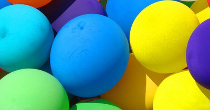 Cómo llenar globos de helio en casa. Si estás lanzando una fiesta y crees que vas a necesitar una gran cantidad de globos de helio, llenarlos en tu tienda local de artículos para fiestas podría ser caro. Transportar de globos de helio es también bastante complicado; puedes encontrarte bateándolos lejos de tu cara mientras vuelan alrededor del asiento trasero de tu auto. La opción más ...