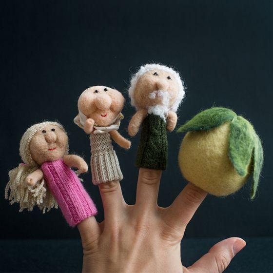 Ce magnifique set de marionnettes vous permettra de raconter le conte ukrainien populaire le Grand Navet.  Ces marionnettes à doigts sont faites en feutre à la main. Elles nous sont fournis par l'atelier Omikse qui travaille avec les artisans en Ukraine et en Biélorussie.  Un cadeau pour passer de belles soirées avec les enfants.