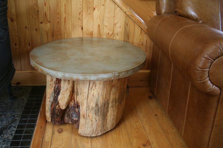 table en béton avec motif oiseaux coloré aux acides avec pied en bois
