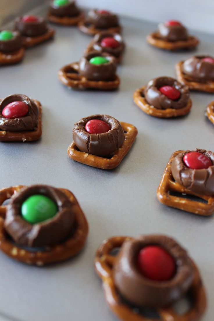 Pretzels with Hershey Kisses - make Christmas themed ones! - Momcrieff