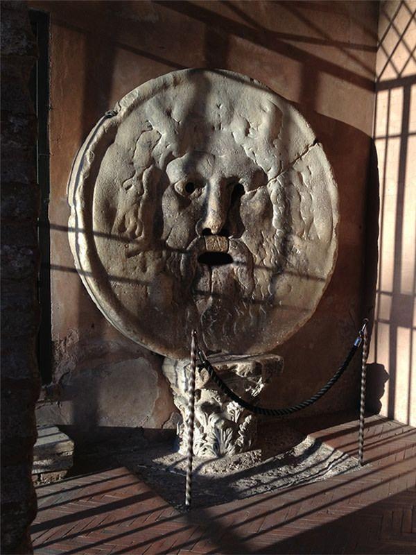 """Uno de los lugares turísticos más visitados en Roma es la """"Bocca della Verità"""", es entre los monumentos símbolos más famosos en todo el mundo. Esta gran máscara con la cara de un hombre barbudo que…"""
