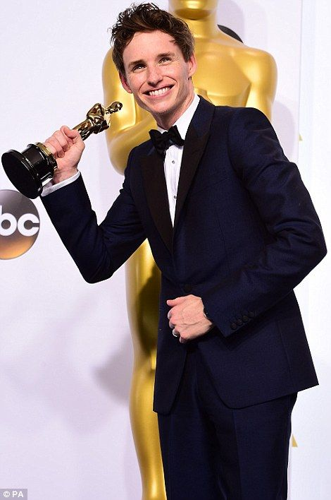 What this old thing? Eddie pulled a number of amusing poses backstage with his award... #eddieredmayne #87thoscars <3