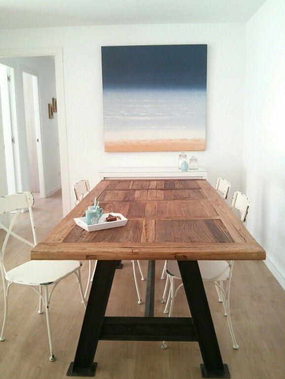 Mesa hecha de puertas recicladas y sillas estilo thonet for Mesas hechas con puertas antiguas