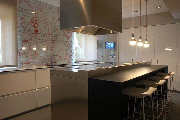 una cucina moderna illuminata da lampade led globo
