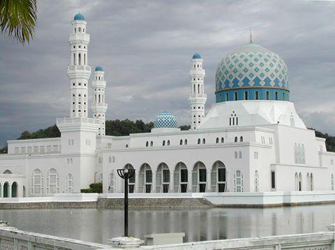 Masjid Kota Kinabalu, Malaysia. Masjid Bandaraya Kota Kinabalu adalah masjid utama kedua yang dibangun di Kota Kinabalu, Sabah, Malaysia setelah Masjid Negeri Sabah. Masjid ini telah dibuka dengan resmi pada tanggal 2 Februari 2000 setelah proklamasi Kota Kinabalu sebagai sebuah kota. Syukron. http://masbadar.com/100-gambar-foto-masjid-masjid-terkenal-dan-terindah-di-dunia-bag-02/