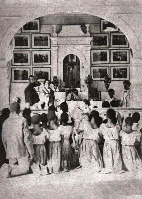 Escravos de uma fazenda de café assistindo à missa.