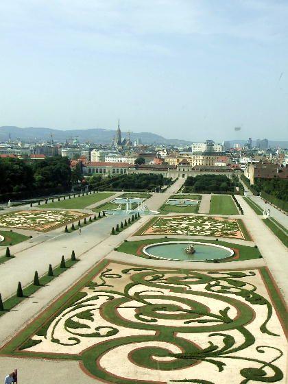 美しすぎる庭園。オーストリア ウィーンにある美しいバロック建築ベルヴェデーレ宮殿の写真です。
