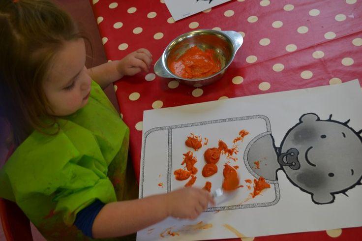 peuters thema baby: Jules morst met wortelpap: mengsel van zand, lijm en oranje verf en zo het slabbetje bekladden met een lepeltje! preschool theme baby: giving the baby his carrotpotatoes: a mix of sand, glue and orange paint! www.jufanneleen.com