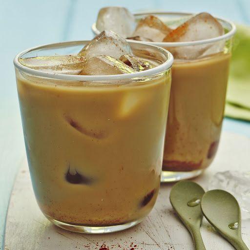 Kávu   rozpustíme ve vodě. Přidáme koření a kondenzované mléko. Dobře promícháme,   aby se všechny složky smíchali. Ochutnáme a v případě potřeby přidáme více   mléka. Čím více mléka přidáme, bude káva sladší a jemnější. Do sklenice dáme kostky ledu a zalijeme kávou.      Ozdobíme badyánem.