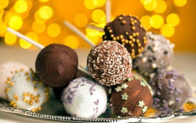 Γιορτινά γλειφιτζούρια από κέικ (cake pops) - http://goo.gl/PnCt4W