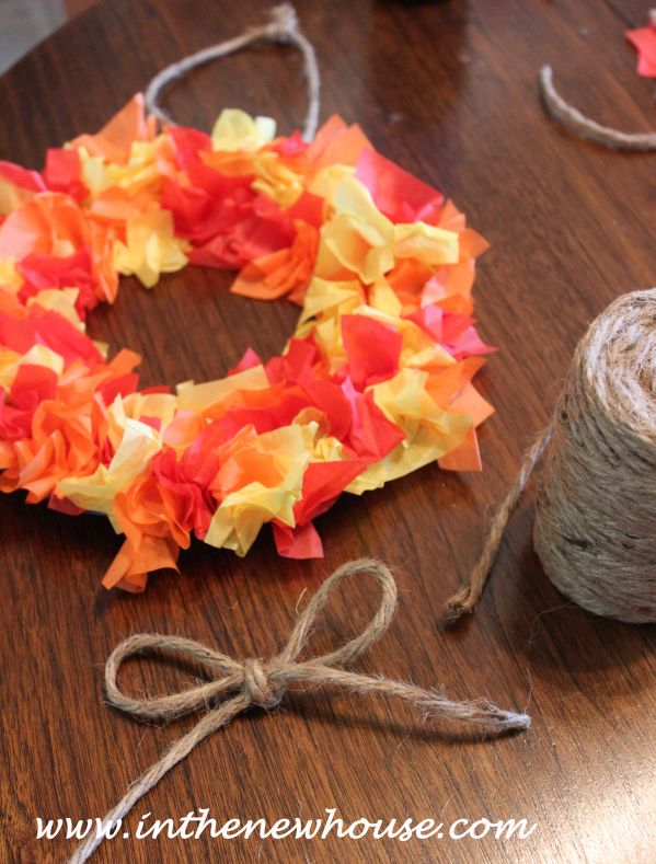 Fun fall craft for kids! Turn a paper plate and tissue paper to make a fall wreath.