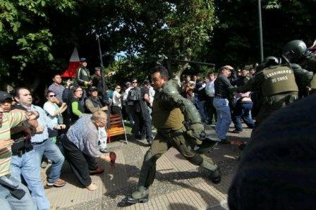 violencia de la policia contra manifestantes pacificos en Chile