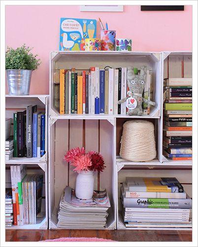 Libreria con cssette della frutta